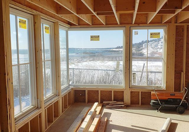 I'm sorry, you wanted a room with a view?? No worries, we got that. Nature makes the best art - nothing like a couple corner windows to maximize this beauty. The team at @calebjohnsonstudio has immense talent and turned this average property on Higgins beach into a spectacular one! Now where's summer!?!? #custombuild #architecturaldetail #higginsbeach #cornerwindows #maine #beachfront