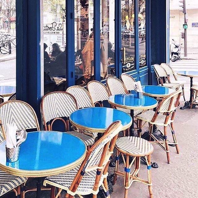 What I wouldn't give to be sitting at the terrace of a café in Paris right now, stirring a coffee and devouring a croissant while watching people pass by... 🇫🇷 Fantasme du moment: un petit café et un gros croissant en terrasse à Paris. Le kiffe, je m'y vois déjà, toujours et encore...