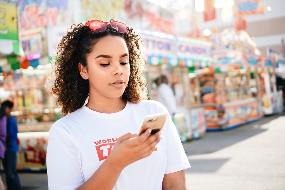 young-woman-using-mobile-phone_t20_ZVNKKR.jpg