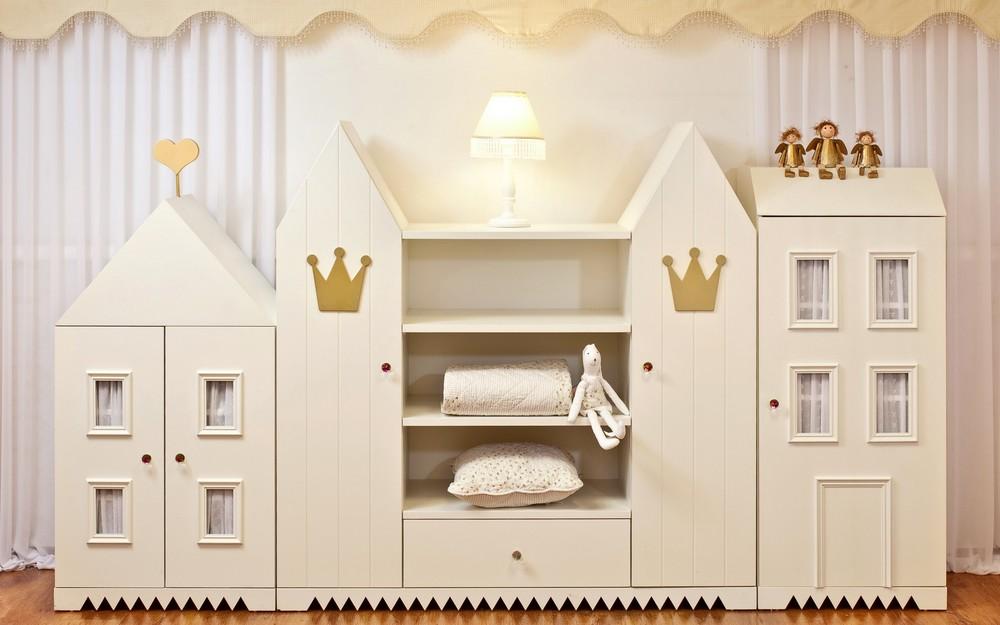 ארון מלך – ארון המורכב ממס יחידות, בגובה נמוך, וניתן להזמנה בכל גודל וגובה, לאחסון בגדים ,צעצועים משחקים וכו' . מתאים גם לחדר הילדים וגם למשחקיה ,לפינת משחקים או טלויזיה הניתנת לשילוב בתכנון הארון