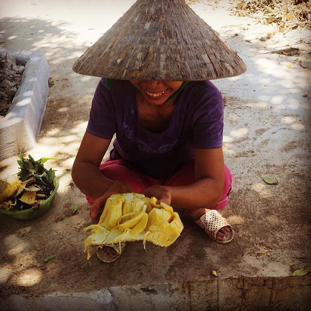 This is Vietnam too.. locals feel bad for foreigners walking in the tropical heat and come out to help.. No words, just refreshing jackfruit. Guess what Adya will bring to you soon? #jackfruit #adyabio #fruitdiversity #amazingvietnam #humanworld @pieterjanlint @a_spoonful_of_happiness @bon_appetit_les_amis