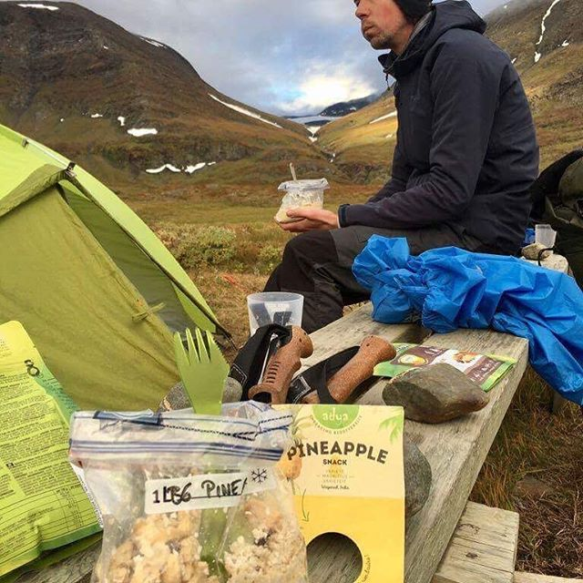 Hiking in the North of Sweden + Adya freeze dried pure fruits = match made under Aurora Borealis 🏕✨! • • • #hiking #adya #asadventure #auroraborealis #sweden #outdoors #pineapple #delicious #food #pure #guiltfree #boystrip #friends #belgium