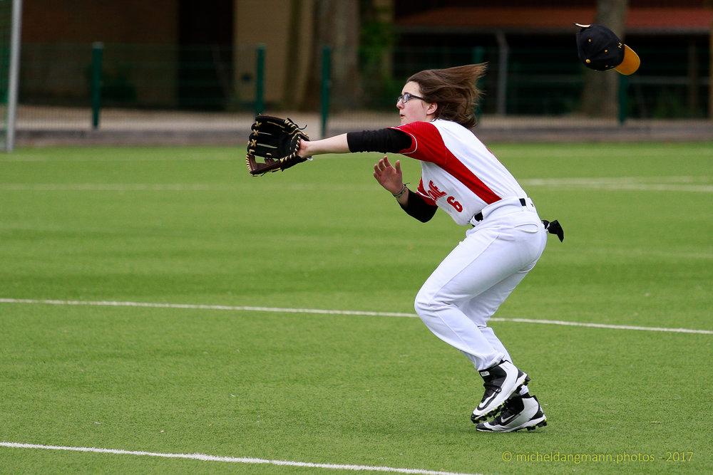 Joueuse de Baseball en Action