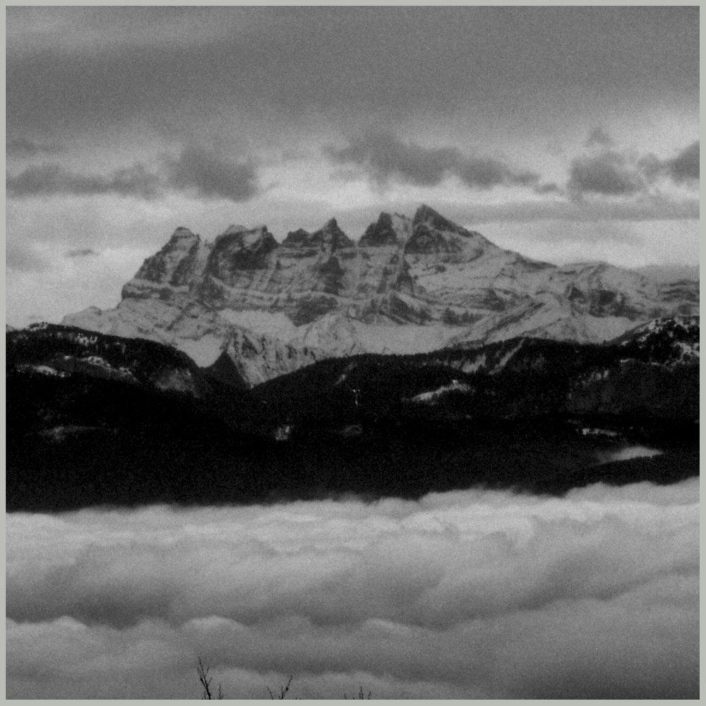 Les Dents du Midi dans la brume de novembre