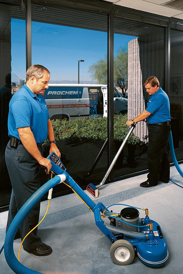 Personal de limpieza trabajando