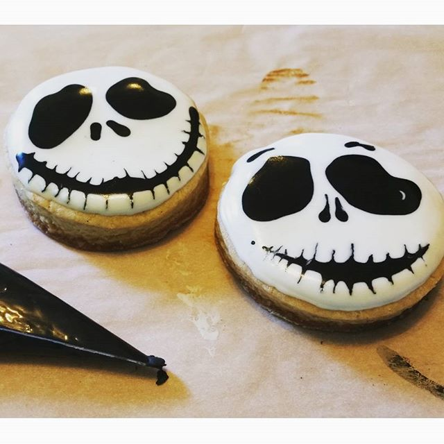 What would a countdown to Halloween be without the Pumpkin King? Jack Skellington cookies are always ridiculously fun. He has so many fabulous expressions. #day2 🎃🎃🎃