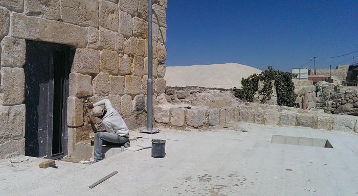 Palæstinenser restorerer gammelt hus i Adh Dhahiriya på Vestbredden.jpg
