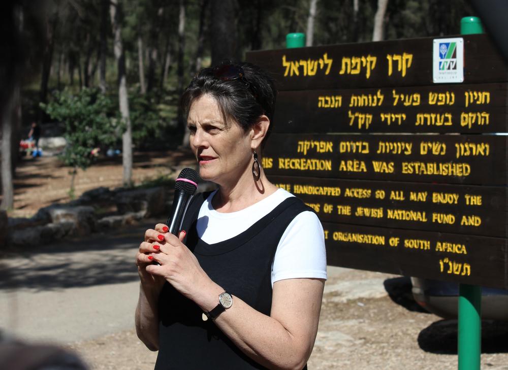 Shereen Usdin foran skilt i den såkaldte 'sydafrikanske skov', etableretpå ruinerne af den palæstinensiske landsby, Lubya. Foto: Lena Ogdaard