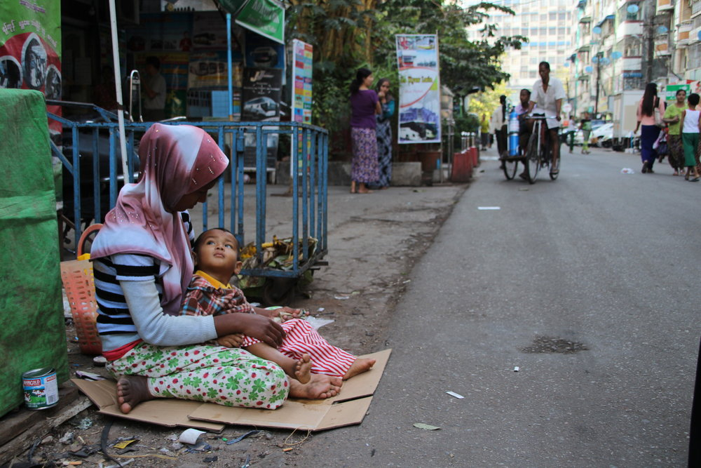 muslimsk kvinde tigger.JPG