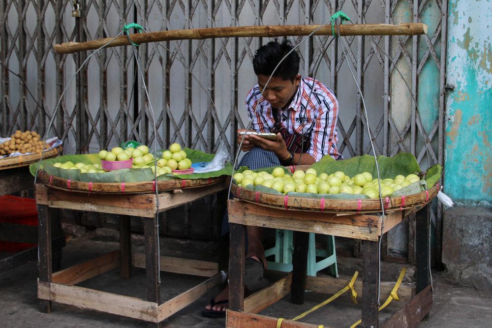 æblesælger med smart phone.jpg