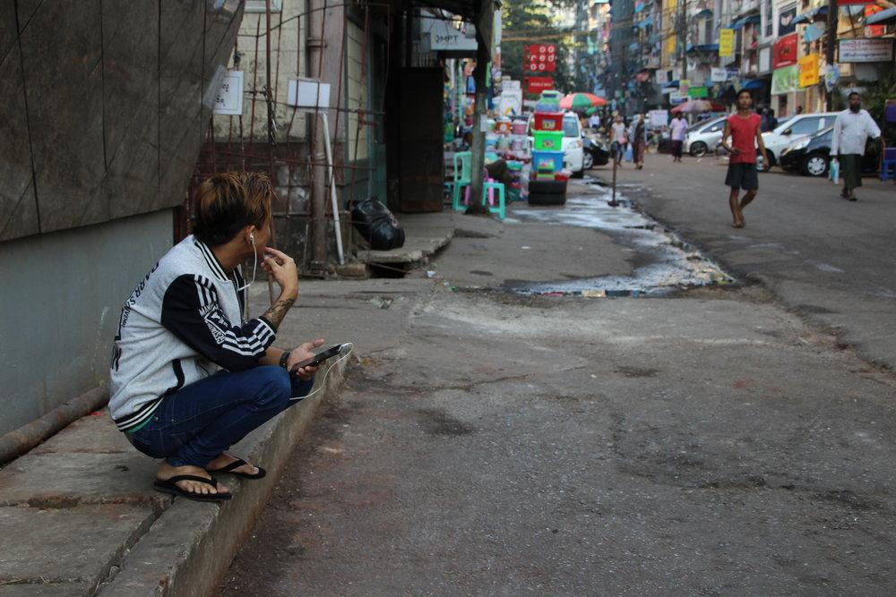 ung fyr lytter til smartphone.JPG