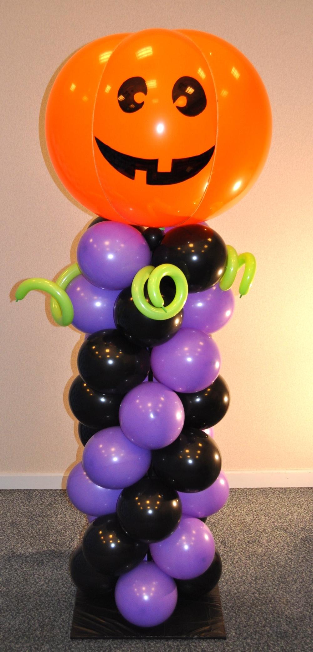 Jack 'o lantern balloon column