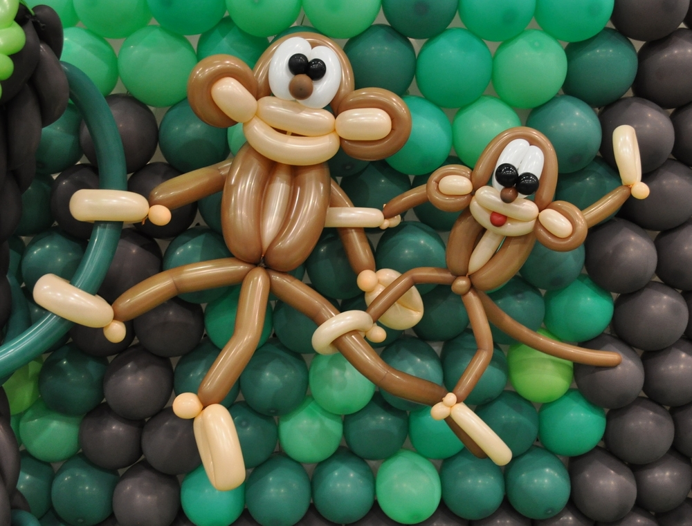 Balloon mommy and baby monkies