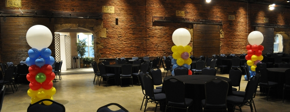 Circus-themed prom balloon balloon columns