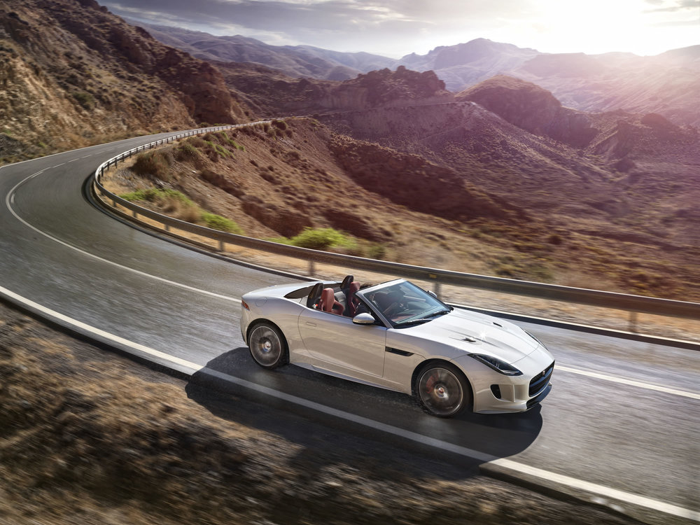Jag_FTYPE_16MY_AWD_R_Glacier_White_Image_191114_03.jpg