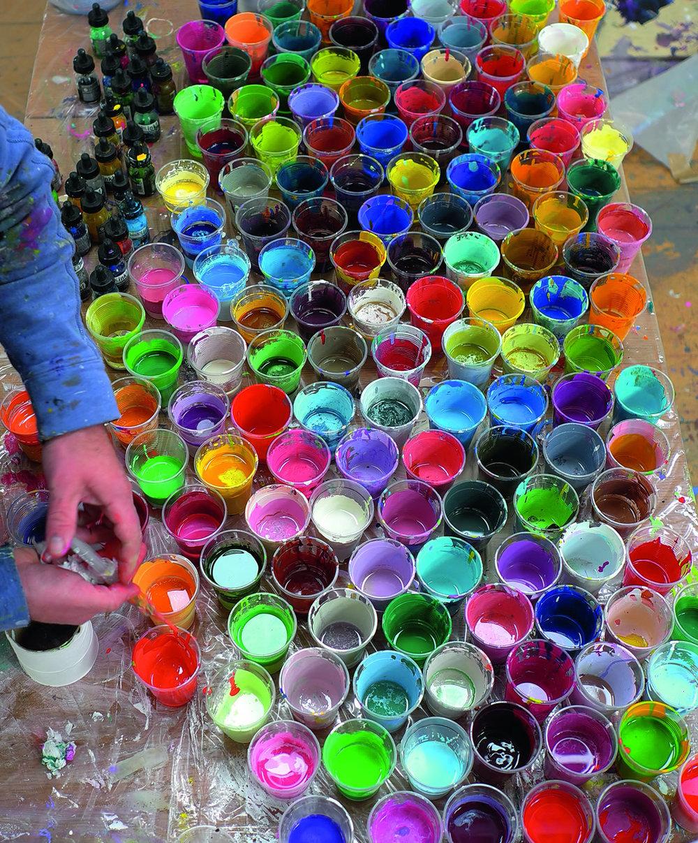 BB16_Ian_Davenport_at_FloreArtGallery_The_artist_at work_2013_credit_Sue_Arrowsmith.jpg