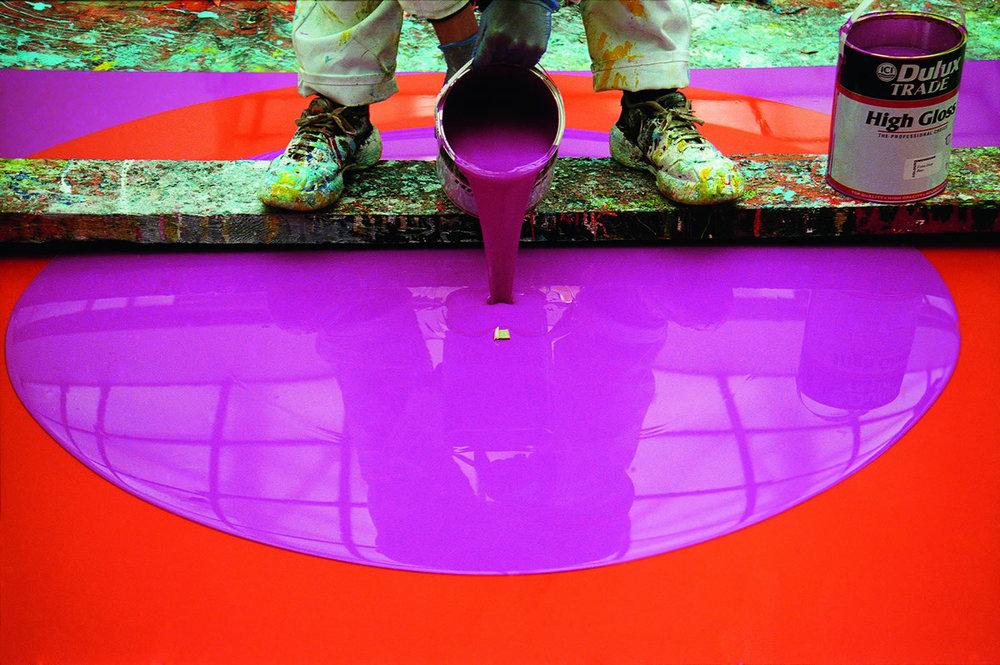 BB16_Ian_Davenport_at_FloreArtGallery_The_artist_working_on_Poured_Painting_Magenta_ Orange_Magenta_1999_credit_Sue_Arrowsmith.jpg
