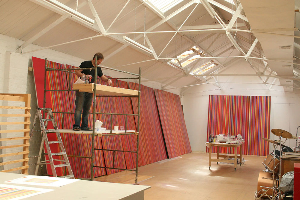 BB16_Ian_Davenport_at_FloreArtGallery_The_artist_working_on_QUBE_commission_2007_credit_Sue_Arrowsmith.jpg
