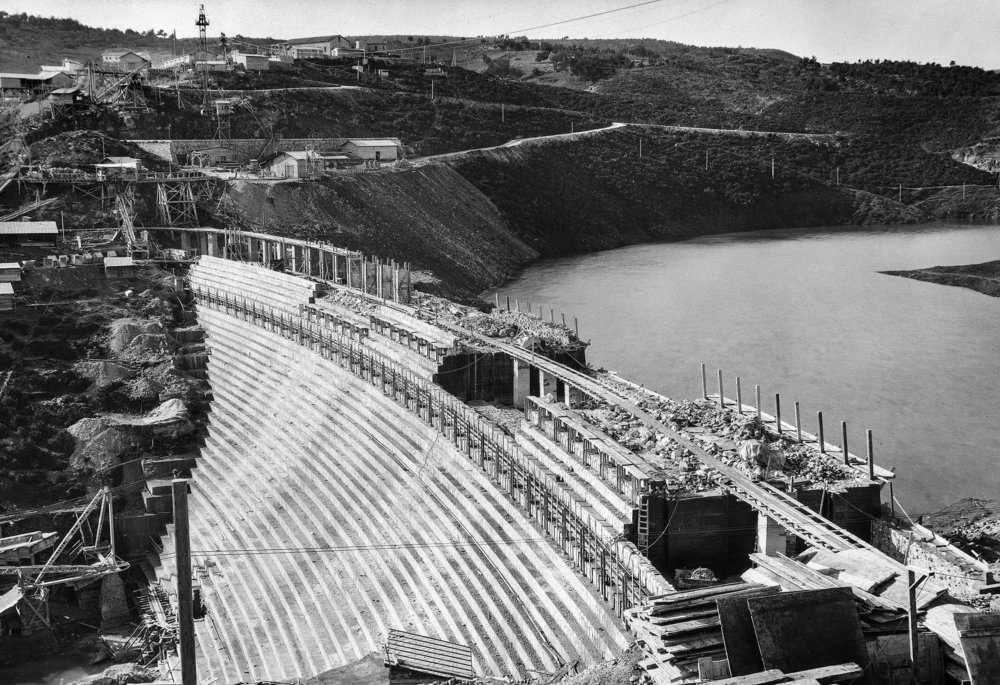 The building of the Marathon Dam, 1927. Over 900 people were involved in its construction. It is the only dam in the world entirely paneled externally with white Pentelikon marble, the marble that was used for the building of the Parthenon of Athens. Source: Historical Archive EYDAP.