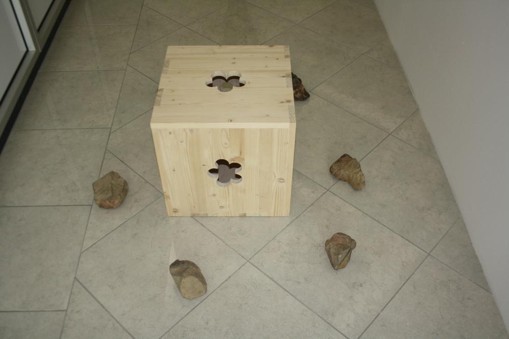 1. Tomáš Hlavina   Mrak   2010, dřevo, kameny   40 x 100 x 100 cm