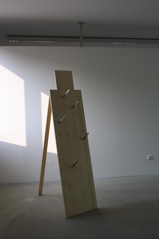 4. Tomáš Hlavina   Jazyky   2010, dřevo, kovové čepele   196 x 70 x 50 cm