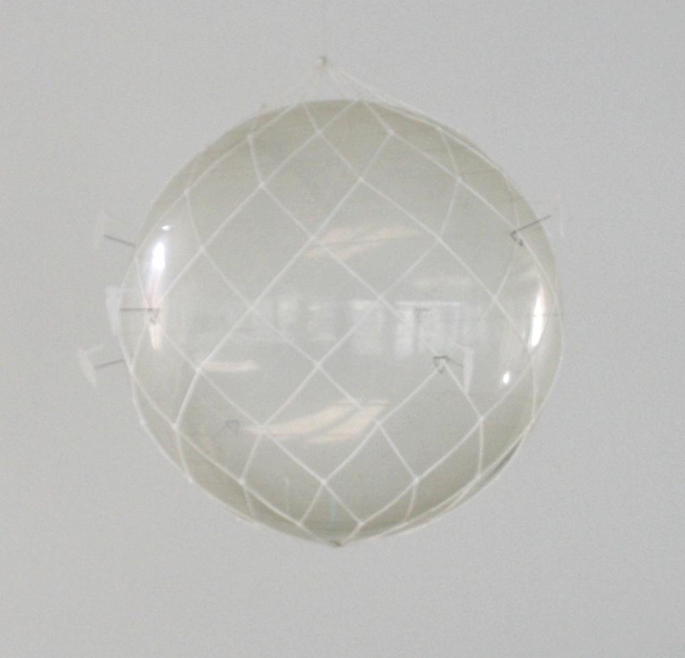5. Tomáš Hlavina   Zpráva v láhvi, 2008   transparentní plastový míč, provázek, drát, dřevo, průměr míče 55 cm