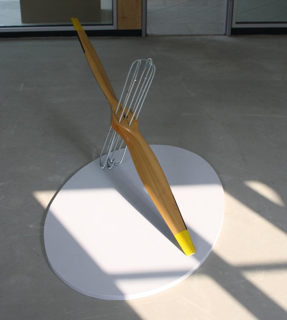 7. Tomáš Hlavina   Pramen   2010, dřevěná letecká vrtule, kov   135 x 75 x 13 cm