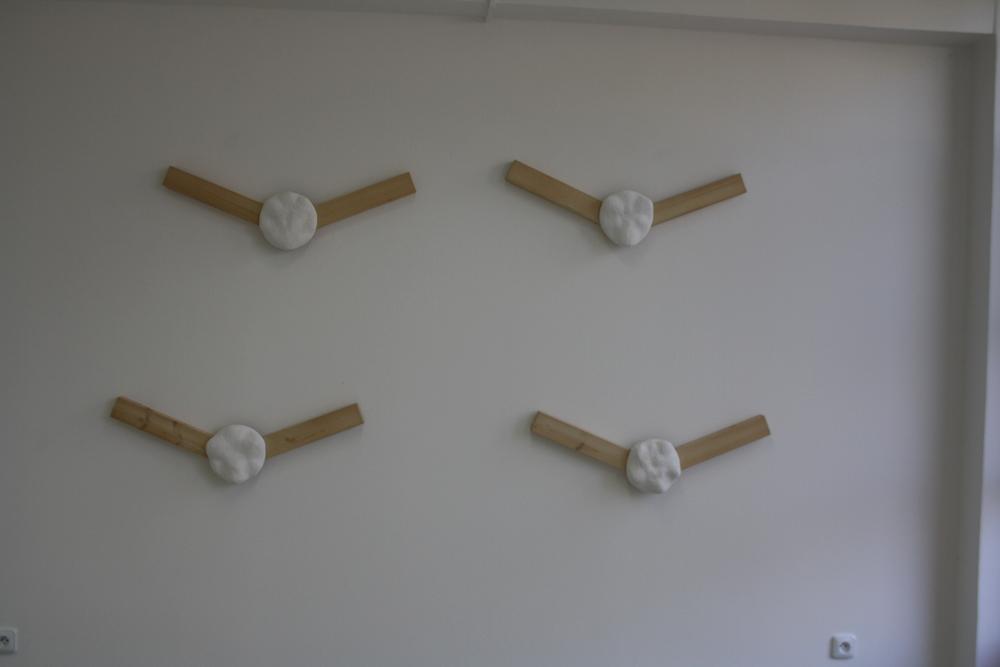 9. Tomáš Hlavina   Svorníky   1996, dřevo, sádra, čtyři objekty   26 x 80 x 9 cm