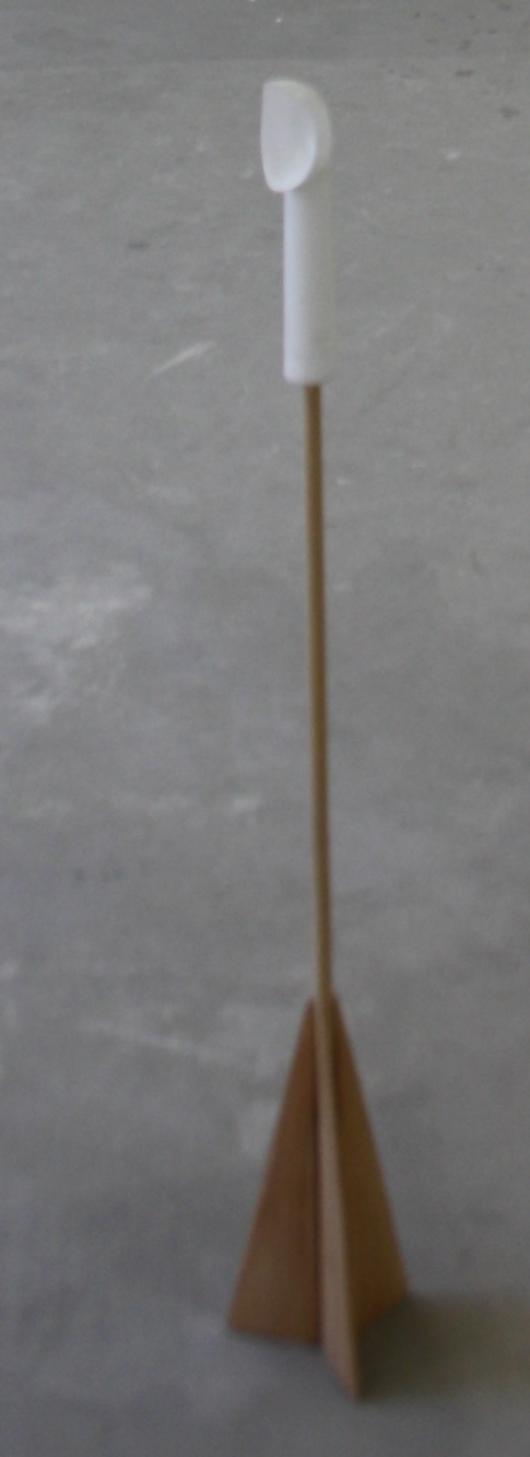 12. Tomáš Hlavina   Zbraň   2002, plastový tubus, překližka, kov, guma,   94 x 38,5 x 19 cm