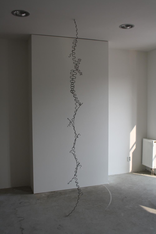 17. Tomáš Hlavina   Moucha   2012, kov, plast, variabilní rozměry   výška cca 300 cm