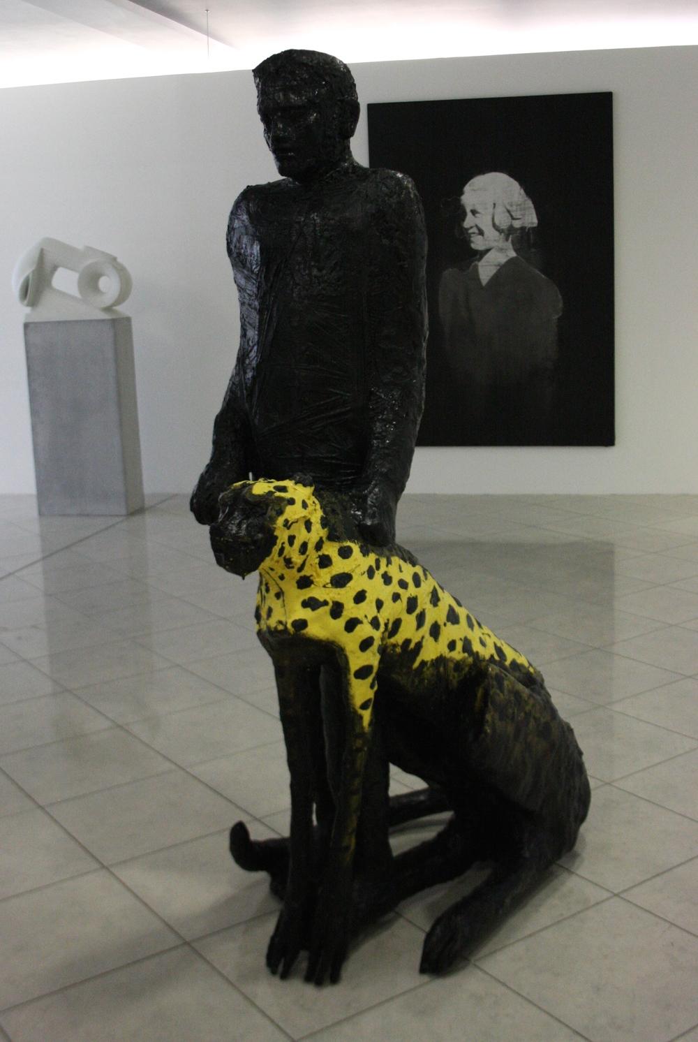 Michal Gabriel, Muž s gepardem, 1985, v. 175 cm, kolorovaný polyester