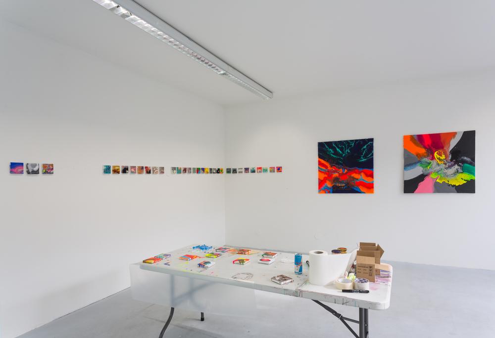 Zuza Zilkowska, bez názvu, 2015, kombinovaná technika, 10 x 10 cm, 31x Zuza Zilkowska, bez názvu, 2015, kombinovaná technika, 90 x 90 cm, 2x