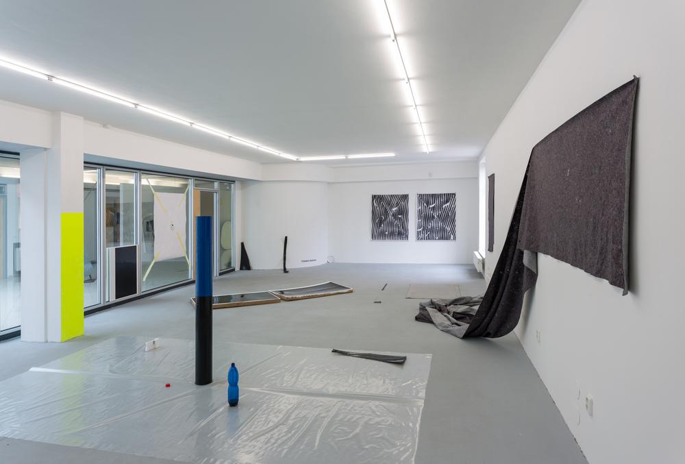 Tomek Baran, pohled do instalace, kombinovaná technika, 2015