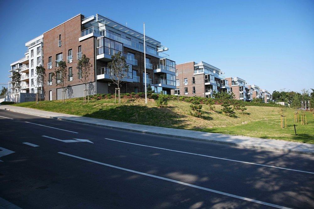"""GYVENAMŲJŲ NAMŲ KVARTALAS """"RIVIERA"""", RAITINIKŲ G. VILNIUS. ARCHITEKTŪROS PROJEKTAS, MAŽAAUKŠČIAI DAUGIABUČIAI NAMAI. 2007 Riviera daugiabučių kvartalas, esantis dešiniajame Neries upės krante, Vilniuje. Projektuotas penkių daugiabučių kvartalas yra aiškaus urbanistinio karkaso dalis. Iš dešimties daugiabučių suformuotas kvartalas buvo organizuotas trimis eilėmis, prisitaikant prie Neries krantinės reljefo charakterio. Toliausiai nuo Neries esantys daugiabučiai - stambiausi ir aukščiausi, masteliu derantys su gretimais pastatais. Arčiausiai upės esantys pastatai yra išskaidyti į mažus tūrius, kurie sukuria jungtį tarp Neries gamtinio karkaso ir urbanizuotos aplinkos.Kvartalas patenka į Senamiesčio vizualinės apsaugos zoną. Raitininkai yra keturių aukštų daugiabučiųpastatai. Visas kvartalas yra orientuotas Neries upės krantinės kryptimi. Į upės pusęatgręžti balkonai-lodžijos.Šiaurės-rytų kryptimi orientuoti įėjimai bei patekimai į garažus, esančius pirmajame aukšte.Daugiabučių fasadams pasirinktos rudos plytos, siekiant įlieti daugiabučius į urbanistinį charakterį."""