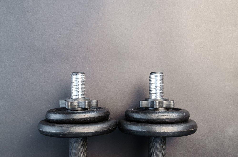 dumbbell-equipment-gym-669580.jpg