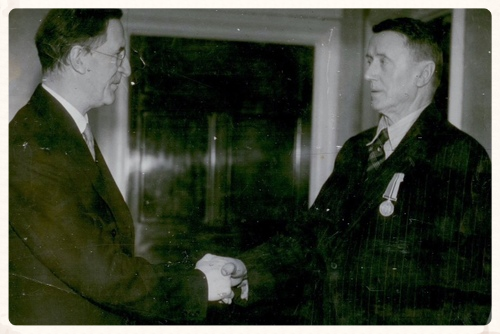 Tom receiving his medal for fighting in the Boer War from Éamon De Valera in 1946.