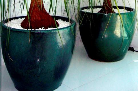 Vasos vietnamitas (cor a definir)para valorizar a área da piscina e deck de madeira.