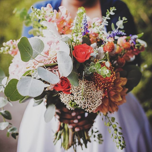 Had to share a proper photo of my beautiful wedding bouquet! Thank you so much @therosewoodgirl ❤️️ 📷: @wandermorephotography