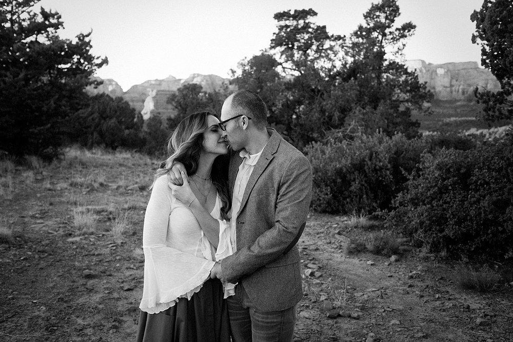 couple kissing sedona