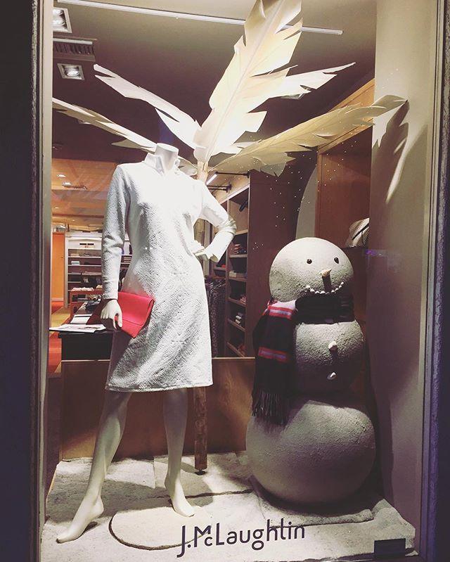 Check out our new warm holiday installation at J.McLaughlin ⛄️☀️🏝 #holidaywindow #jmclaughlin #windowinstallation #judithvonhopf