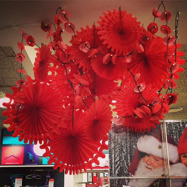 R  E  D  o n  R  E  D   Macy's Home ❤️ #visualdesign #macys #holidaydisplay #judithvonhopf