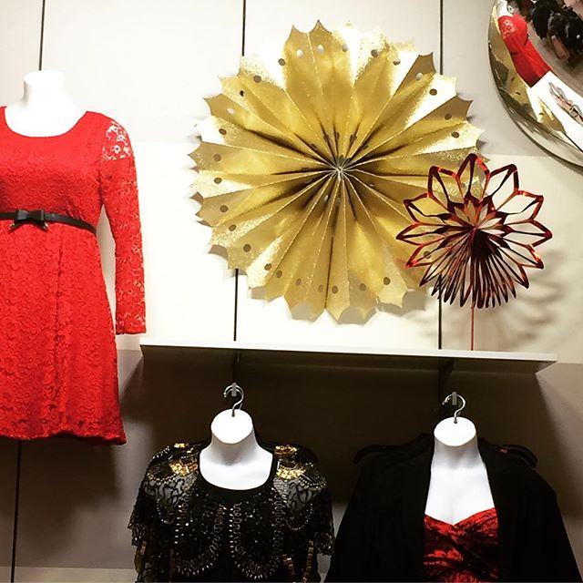 Torrid's gold & red paper fans ushering us into this season's holiday spirit 🎁 #judithvonhopf #torrid #holidaydisplay #retaildesign