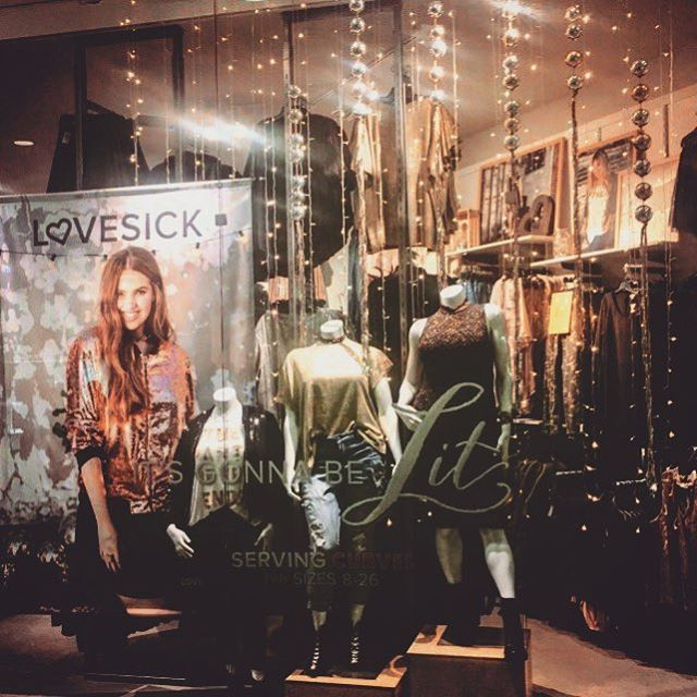 Ornaments + Jute = Boho Christmas @lovesickfashion #holidaywindow #visualdesign #judithvonhopf #lovesick