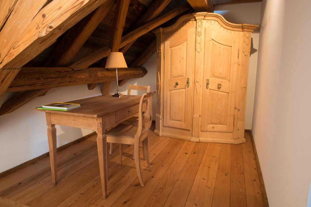 Schrank, Tisch & Stuhl