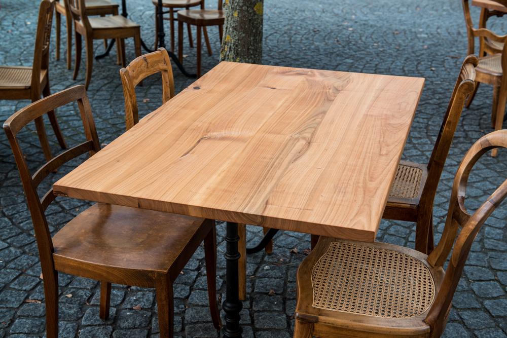 Die Tischplatten aus Kirschbaumholz sind von Hand leicht geschroppt und wurden im Anschluss natur geölt.