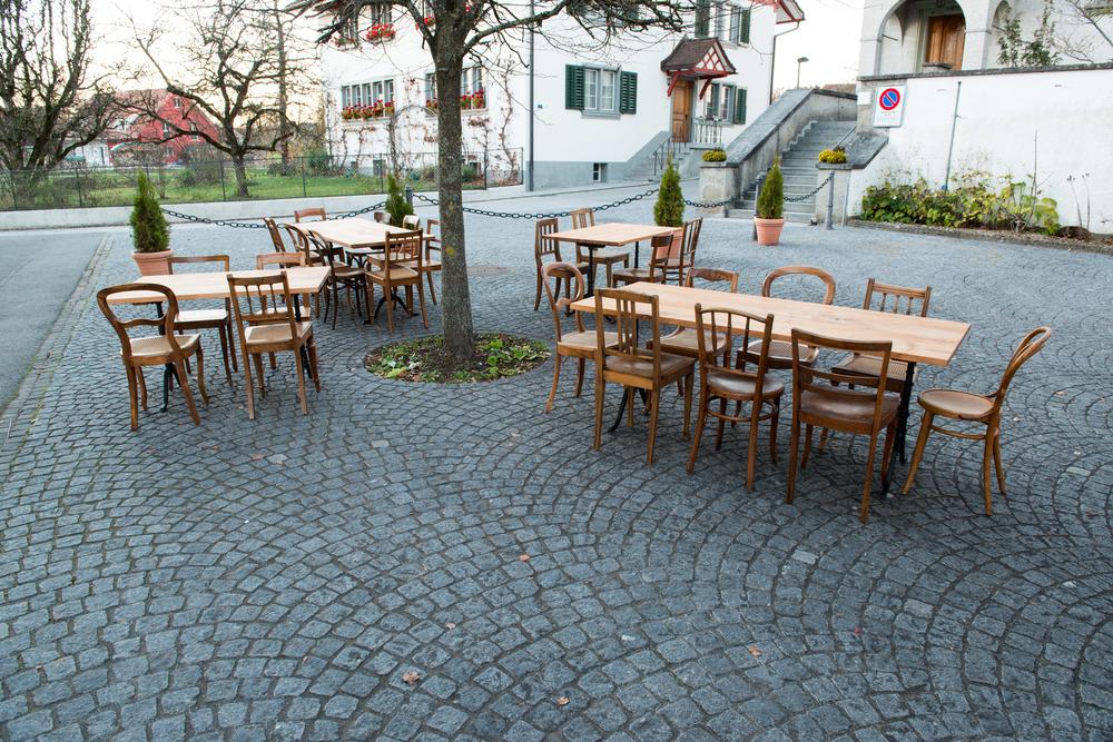 Die Stühle, aus der Biedermeierzeit bis zur Moderne, wurden sorgfältig restauriert und aufgefrischt.