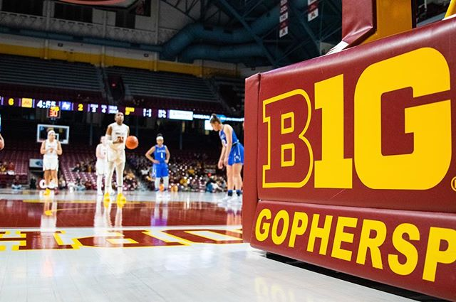 Did something a little different - sports photography combines two things I really love, and beginning with the Gophers was so special! Thanks to @sportshotchris for showing me the ropes!  #skiumah