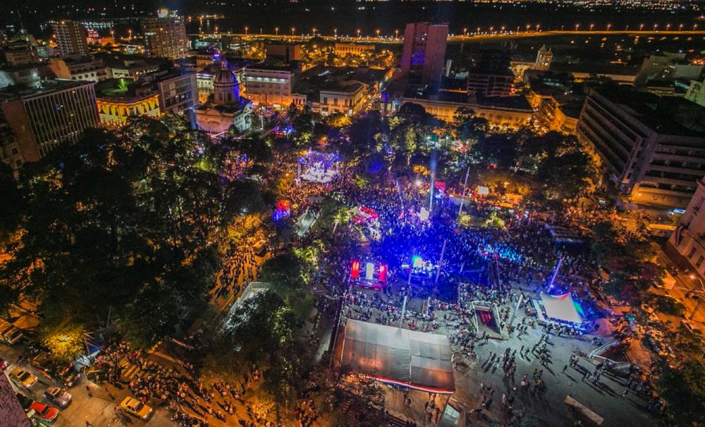 Arriba: Picnic nocturno en Rosario, Argentina. Foto: Secretaría de Ambiente y Espacio Público// Abajo: Asunción, Paraguay. Foto: AMCHA