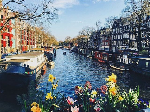 Location: Amsterdam Canals, Amsterdam, Netherlands🌍🇳🇱 #allthingsabroad #abroad #ata #abroadlife #lifeabroad #studyabroad #student #study #studentuniverse #travel #travelphotography #beautiful #beautifuldestinations #traveller #travelling #travelgram #nomad #amsterdam #netherlands #scenery #sceneryporn