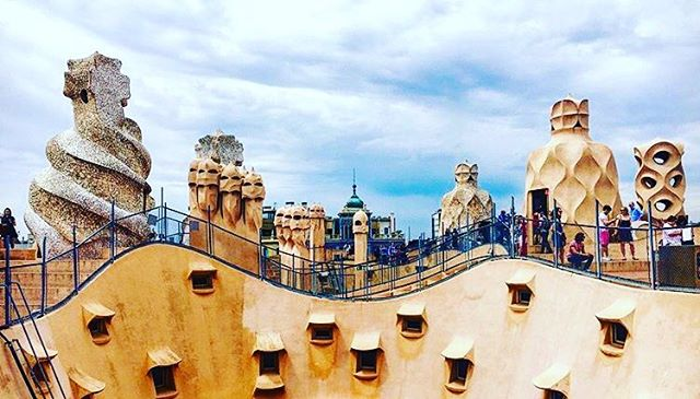 Location: La Pedrera-Casa Milà, Barcelona, Spain🌍🇪🇸 #allthingsabroad #ata #abroad #abroadlife #lifeabroad #travel #travelphotography #travelingram #traveller #traveler #travelling #travelgram #travels #beautiful #beautifuldestinations #student #studentuniverse #study #studyabroad #barcelona #spain #casa #gaudi
